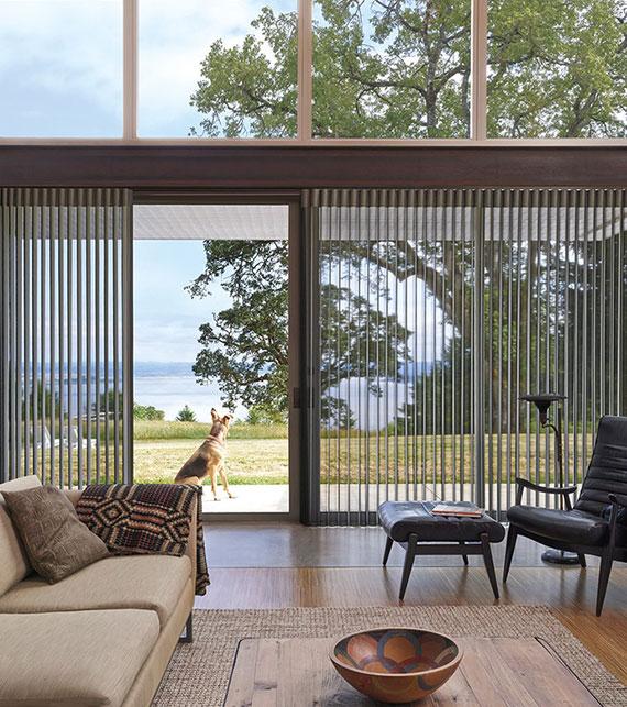unter den zahlreichen Sonnenschutzprodukte sind Vertikaljalousien die beste Lösung für eine schiebe balkontür