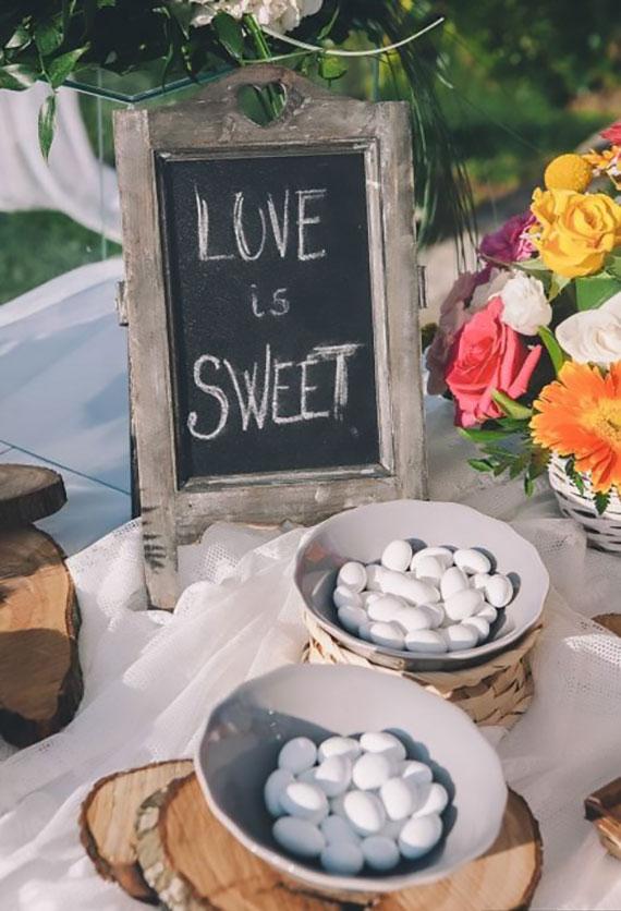 Mandeln in weißer Schokolade oder bunter Zuckerglasur als kleines Buffet zusammenstellen