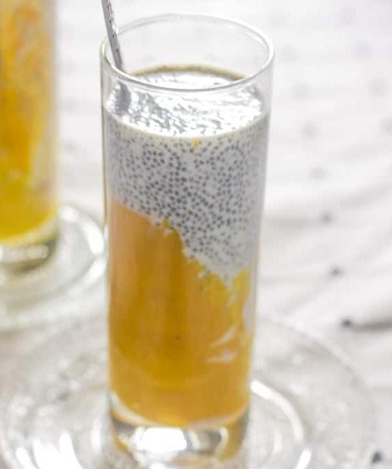 einfaches Rezept für nährstoffreiches Power-Getränk mit chiasamen, kokosmilch und mango