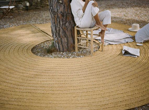 eine traumhafte ruheoase im garten schaffen mit einem runden teppich zum sitzen unter einem baum