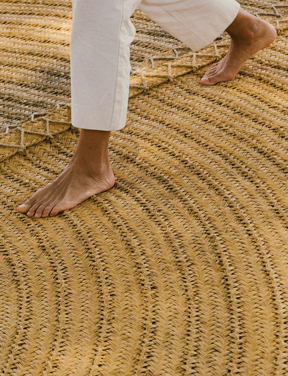 der Designer Teppich Oráculo wird aus Espartogras handgefertigt