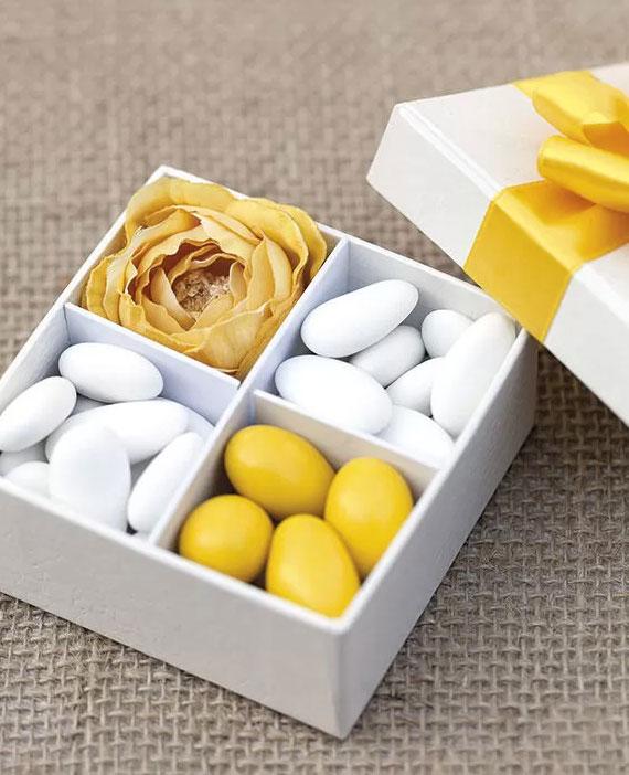 coole geschenkidee für hochzeitsgäste mit verschiedenen hochzeitsmandeln-Sorten in einer papschachtel