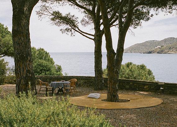 outdoor-teppich aus spanischem Halfagras als schöner Sitzplatz und Liegemöglichkeit unter einem baum
