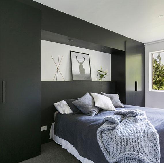 coole idee zur platzoptimierung im schlafzimmer durch schwarzem kleiderschrank mit maßgefertigtem einbaubücherregal gelb