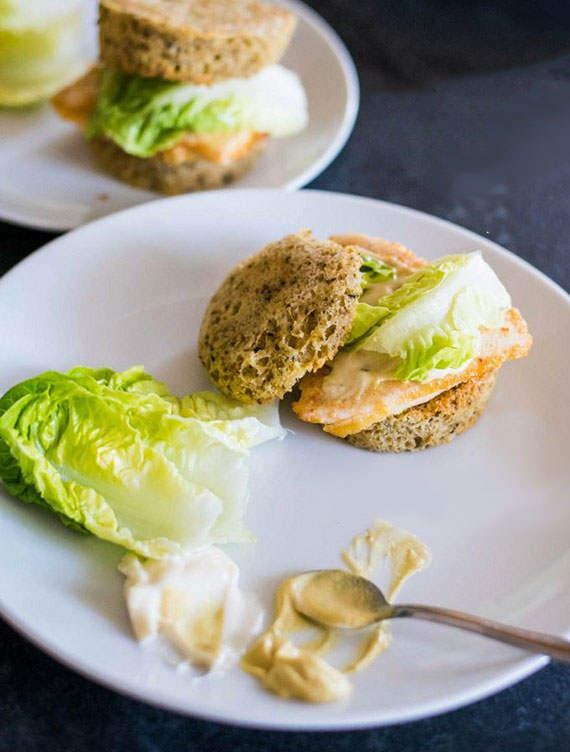 low carb rezept für tassenbrot und keto sandwich mit Hühnerbrust