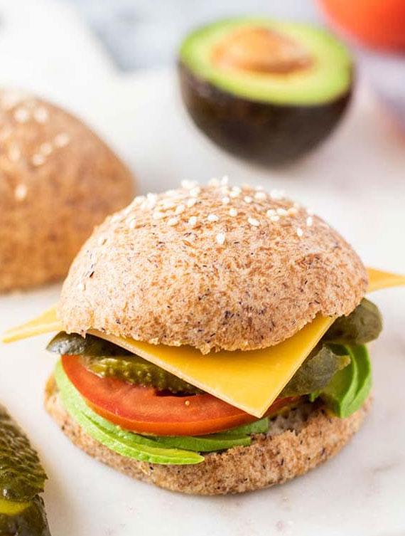 vegetarisches keto sandwich mit Brot aus Mandelmehl und ballaststoffreichen Flohsamenschalen