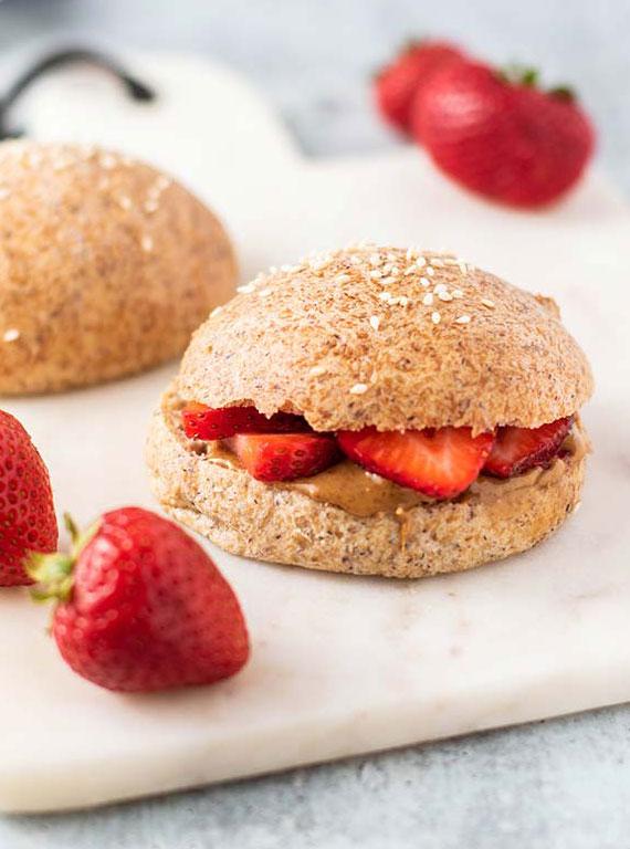 leckere rezeptidee für früchstücksbrot mit Mandelbutter und Erdbeeren