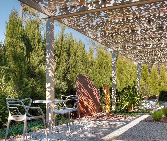 natürlich windgeschützte Sitzecke im Garten gestalten mittels  dicht wachsender Büsche, Sträucher oder Bäume