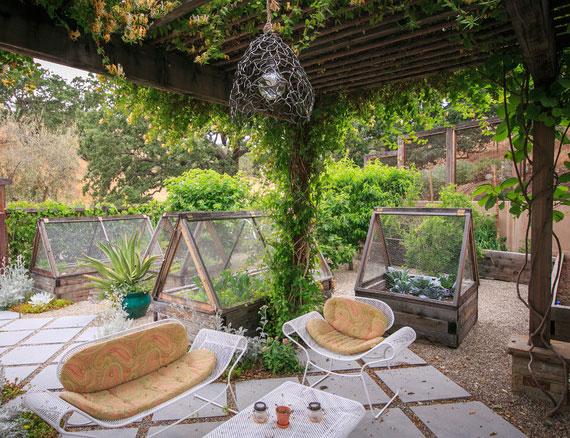 im Garten eigenen Gemüsegarten anlegen und sich in den Sommermonaten sonnen