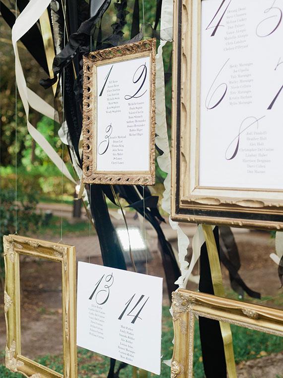 elegante gestaltungsidee für einen diy tischplan mit goldenen Bilderrahmen