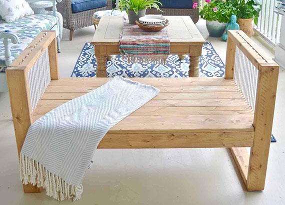 diy holzgartenbank mit seil akzent für stylische terrassengestaltung