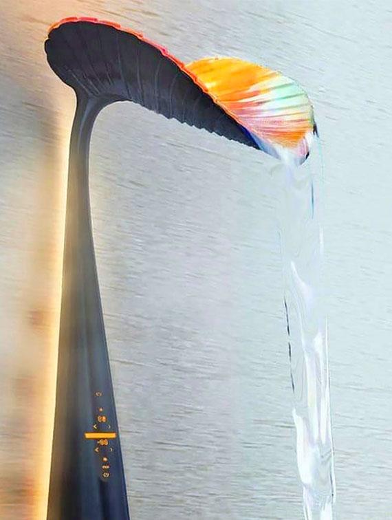das wassersparende duschsystem mit schwarzem Duschpaneel in Blattform verfügt über digitale Steuerung der Temperatur und den Durchfluss des Wassers
