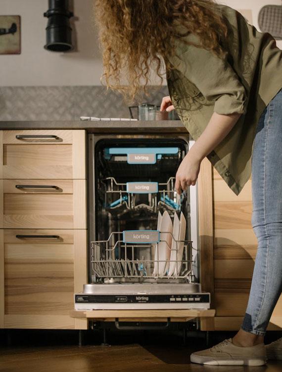 im Vergleich zur Handwäsche erleichtert eine Geschirrspülmaschine die Hausarbeit und sorgt für große Zeitersparnis sowie für Einsparungen beim Wasser und Strom