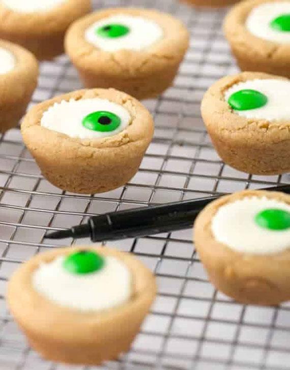 leckere M&M's Halloween becherkekse mit Erdnusscreme