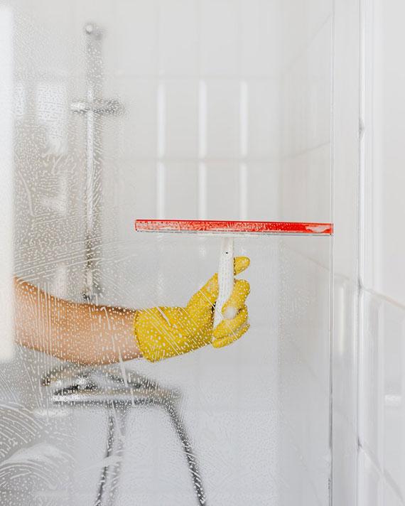 bei täglicher Hausarbeit Fenster und Glasoberflächen einfacher und bequemer reinigen mit einem fenstersauger