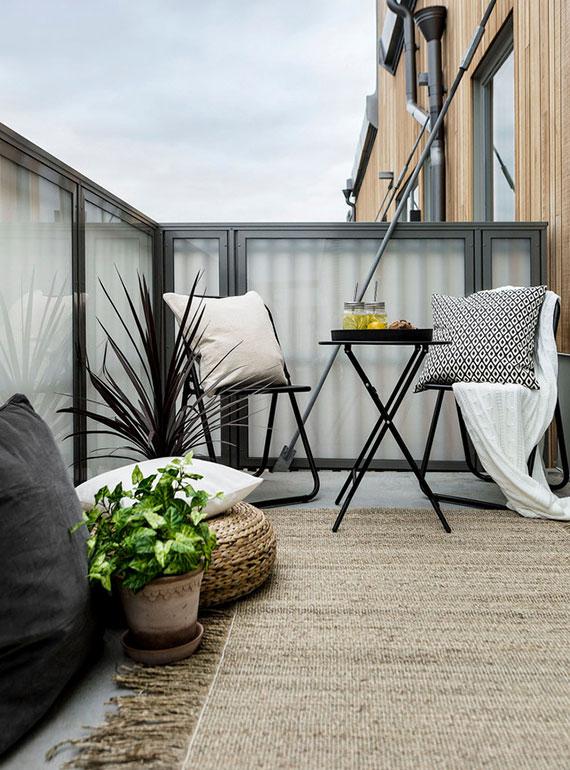 balkon ideen für dekoration mit bodenkissen und teppich