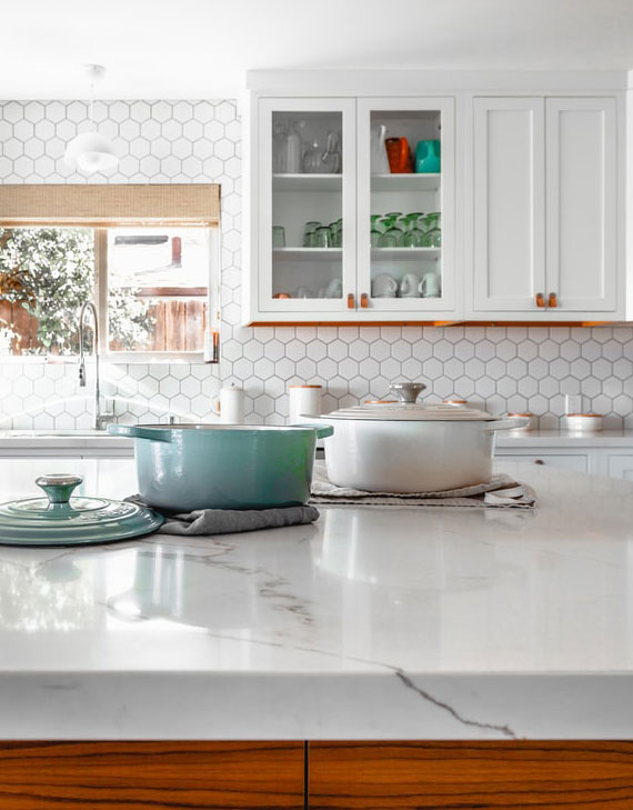 so lässt sich die Küche sauber halten_die Arbeitsplatte nach dem Gebrauch sofort abwaschen