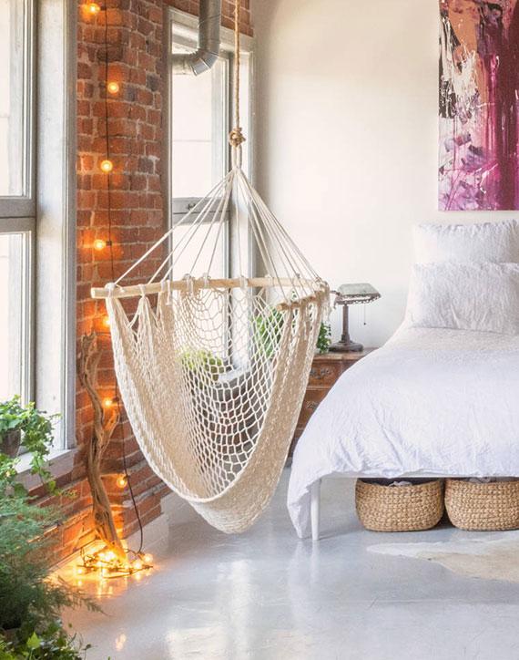 Tipps für den Lampenkauf passender Leuchten fürs Schlafzimmer_Lichterkette als Wanddeko mit warmen Lichtschein