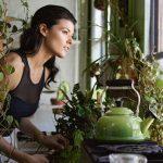regelmäßiges Lüften und luftreinigende Pflanzen verbessern das Raumklima langfristig