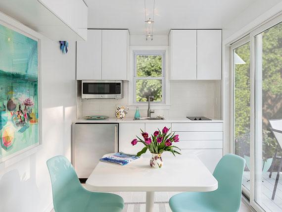moderne Kochnische in weiß mit Spüle, Kühlschrank und Mikrowelle als Single-Küchen als praktische Kochlösung für kleine Wohnungen