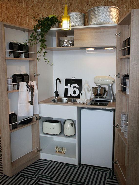 kleine Wohnungen, Studio-Apartments und Studentenbuden praktisch einrichten mit moderner Miniküche im skandinavischem Stil mit Kühlschrank, Herdplatten und erstaunlich viel Stauraum