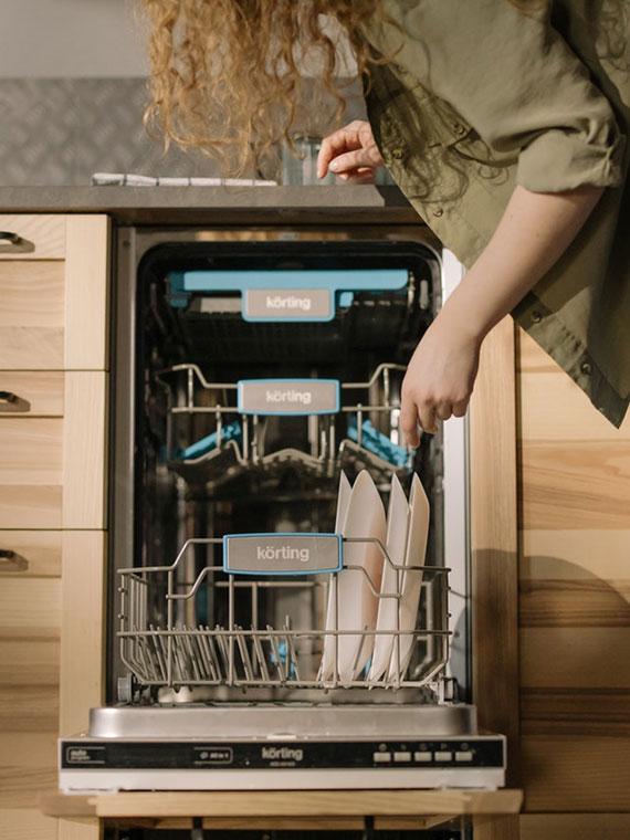 mithilfe von einer Spülmaschine schnell und einfach dreckiges Geschirr aus dem Sichtfeld verbannen