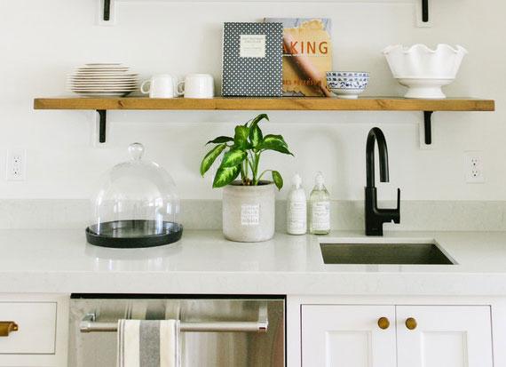 küche modern und natürlich dekorieren mit luftreinigenden Topfpflanzen